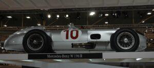 Der originale W 196 R war in diesem Jahr auf der Techno Classica in Essen zu sehen. Just zur Ausstellung des Mercedes-Museums gelang den neuen Silberpfeilen der erste Doppelsieg in der Formel 1 seit 1955. Was meinen Sie, was da am Messestand los war! Foto: www.o-y-app.com