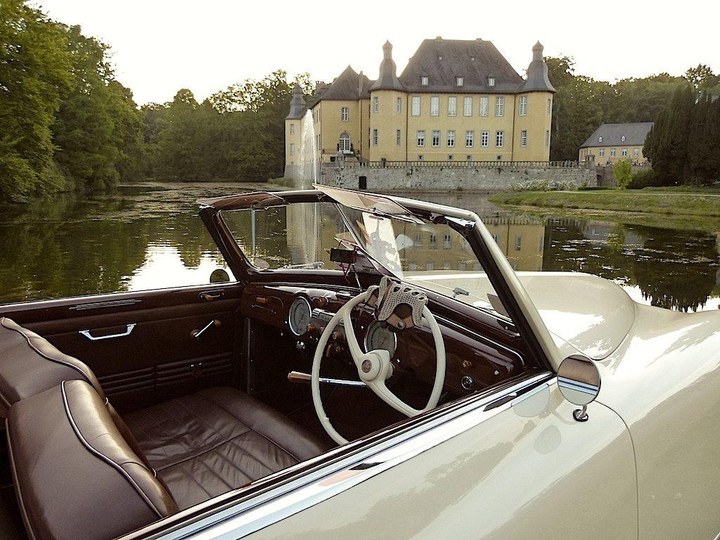 Ein Alfa Romeo 6C 2500 vor dem Wasserschloss der Herren von Salm-Reifferscheidt-Dyck. Auf der Museumsinsel stehen auch heute wieder zahlreiche Pretiosen der Automobilgeschichte.