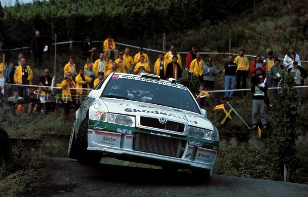 Matthias Kahle und Peter Göbel im Skoda Octavia WRC auf dem Weg zur Deutschen Rallye-Meisterschaft. Das originale Fahrzeug macht vom 1. bis 3. Oktober bei der 1. Sauerland-Klassik den Scout vor dem Teilnehmerfeld.