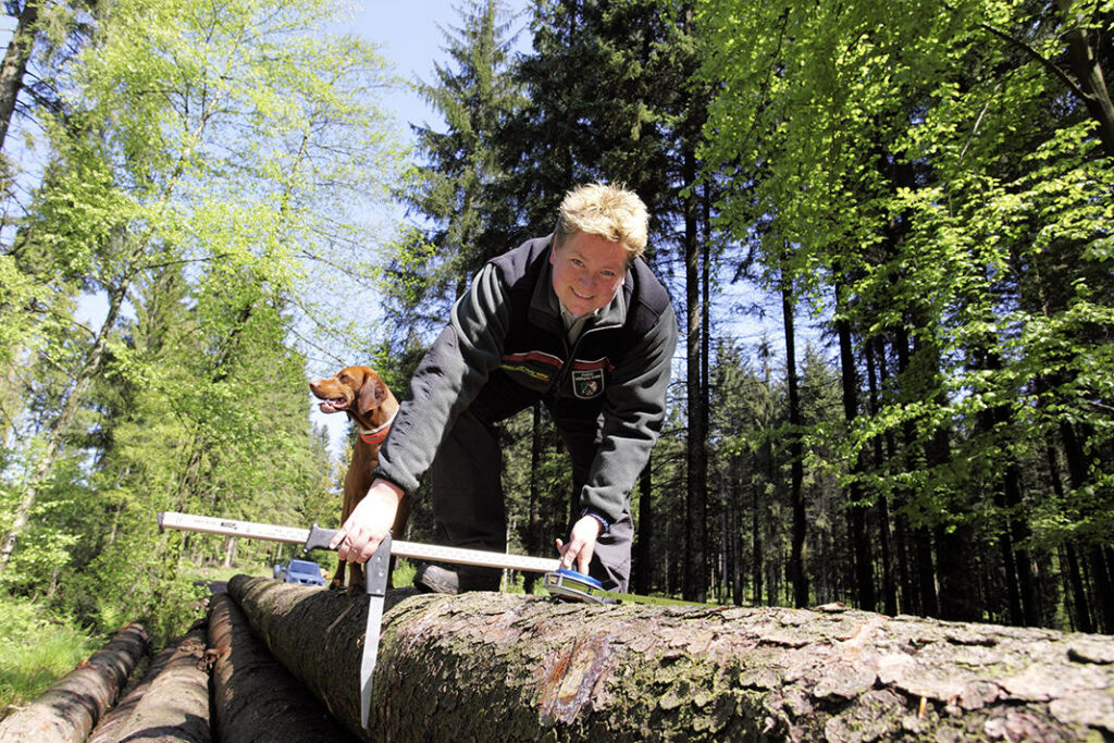 Silke Düllmann hat ihren Traum vom Forstberuf wahr gemacht. Leo freut´s.