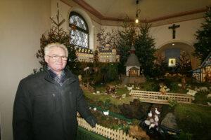 Paul Maiworm vor der Krippe in der Kapelle Waldenburg
