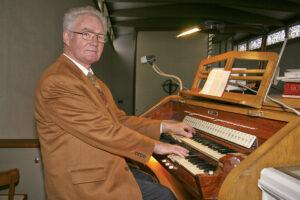 Unser Bild zeigt Paul Maiworm beim Spielen der Orgel in der Josefskirche.