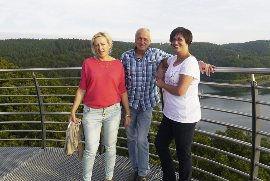 """Claudia Schmitz (rechts) stellt sich auf dem """"Biggeblick"""" zusammen mit Gerd Meinhard und Boguscha Keler für ein Foto."""