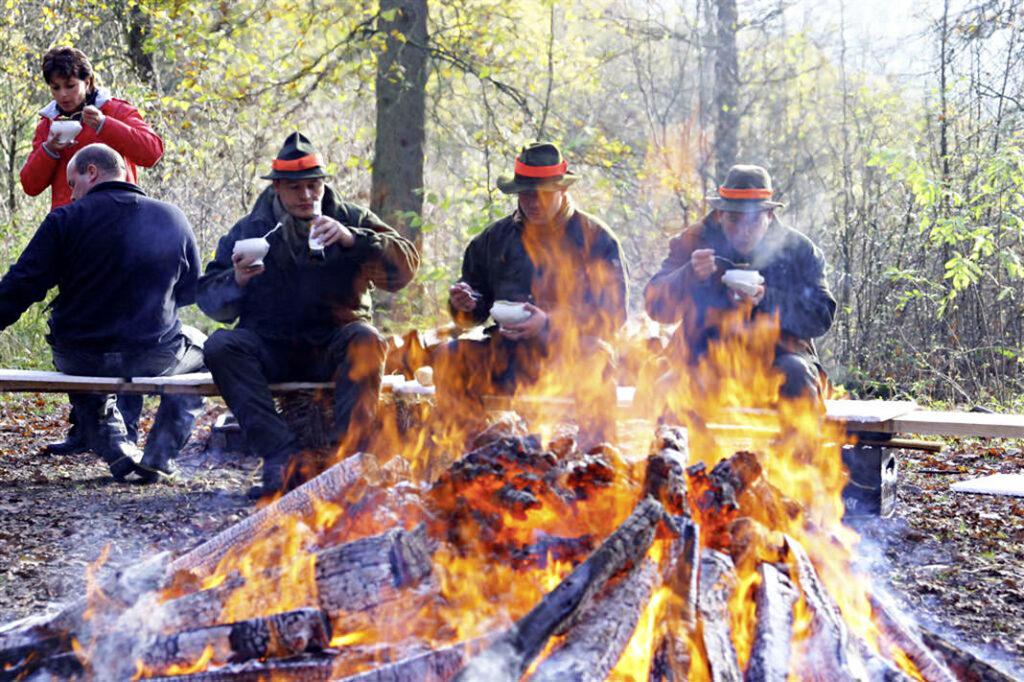 Schüsseltreiben am Feuer (Foto: Lukas Menke)
