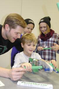 Christof Rosenberg zeigt, wie kinderleicht sich die Rohre von aquatherm verbinden lassen.