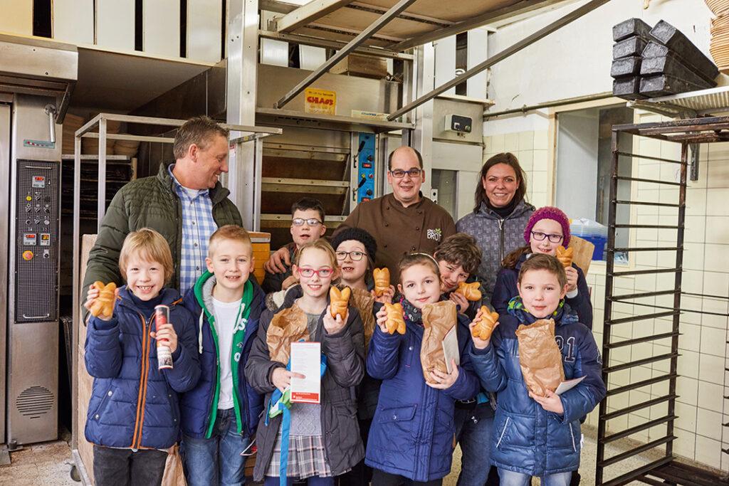 WOLL Sauerland - Attendorner Kommunionkinder schmieden ihre Kreuzanhänger selbst