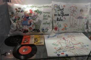 Zu den Kissen gehören auch alte Schallplatten