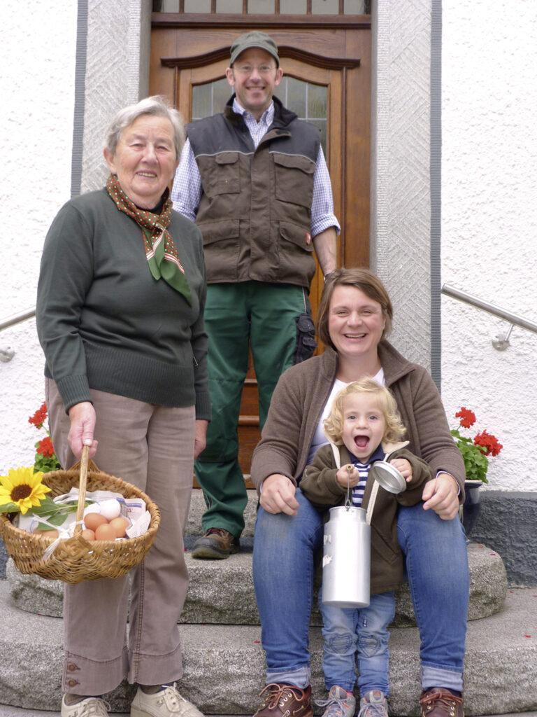 Drei Generationen unter einem Dach: die Familie Kaiser mit der 80-jährigen Emma, Sohn Bernd und Ehefrau Anne sowie Töchterchen Hermine