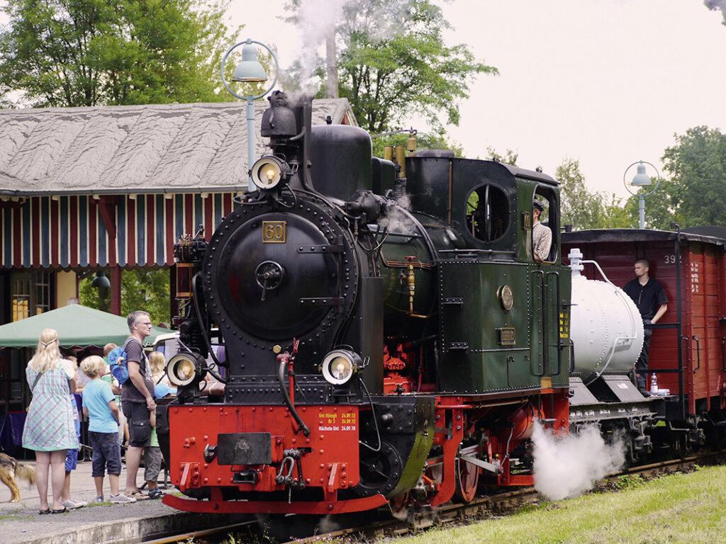 Die Ein- und Abfahrt der Dampflokomotive