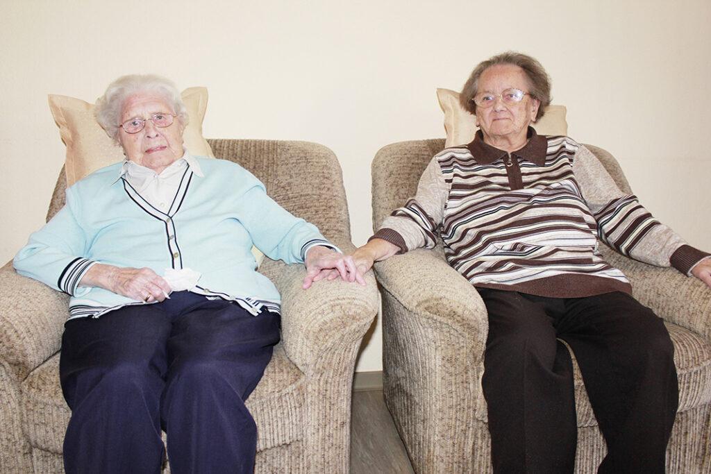 Die Schulfreundinnen Elisabeth Uphoff (li.) und Hedwig Rinschede (re.), zusammen 197 Jahre alt, trafen sich per Zufall im Seniorenhaus St. Liborius wieder.