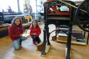 Paulina (li.) und Marlena sind die ersten Museumsentdecker. Begeistert erkunden sie das Museum in Holthausen