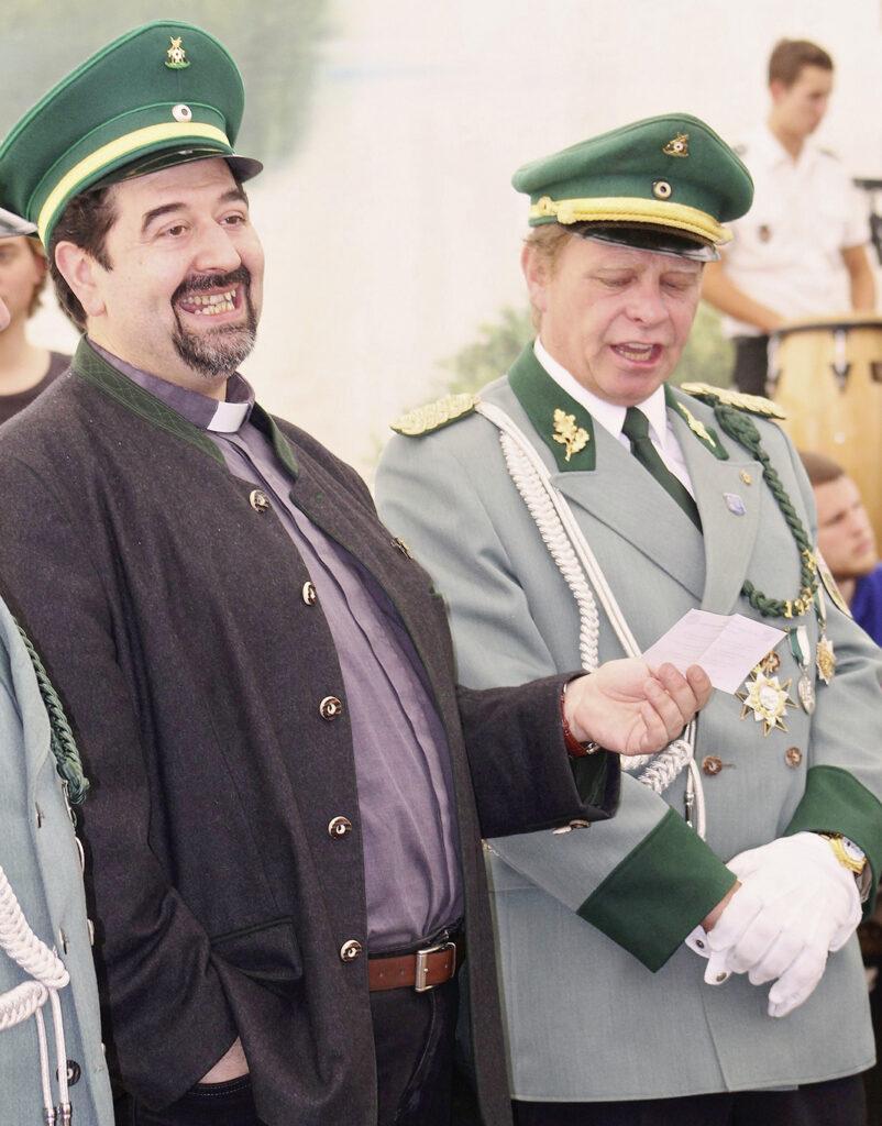 Beim Antonius-Marsch singt der Geistliche kräftig mit.