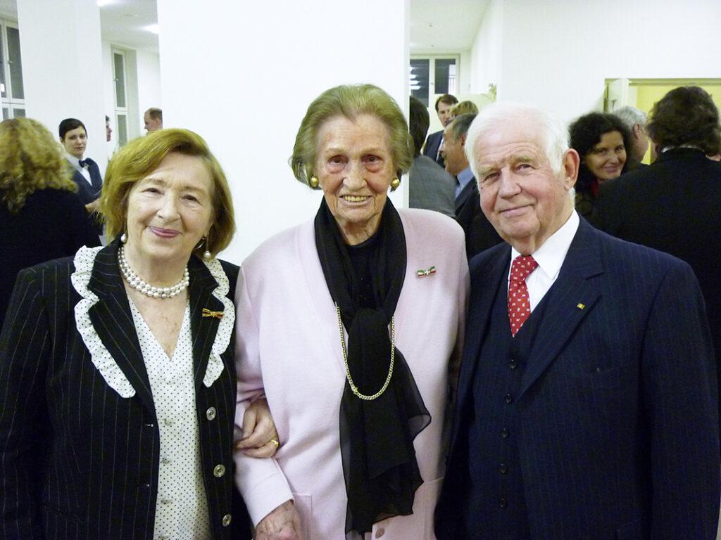 Elsbeth Rickers (M.) und Prof. Dr. Kurt Biedenkopf, zusammen mit seiner Frau Ingrid, in der Aula der Hertie-School in Berlin nach dem Geburtstagsfestakt.