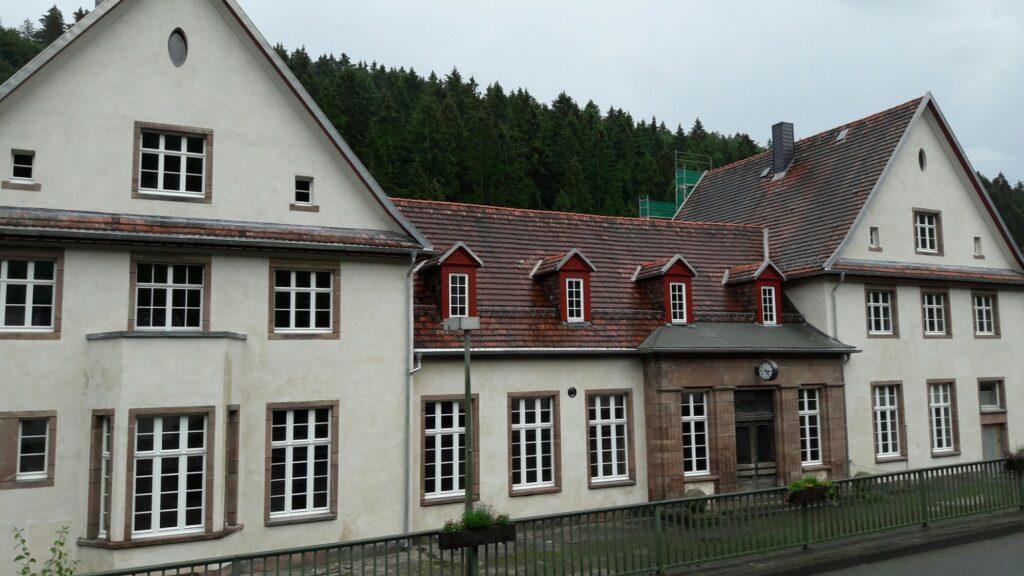 Die historische Fassade ist sandfarbig neu verputzt und unterstützt die Wirkung der restaurierten Fenster- und Türgewände aus rotem Wrexener Natursandstein mit ihrer Patina.