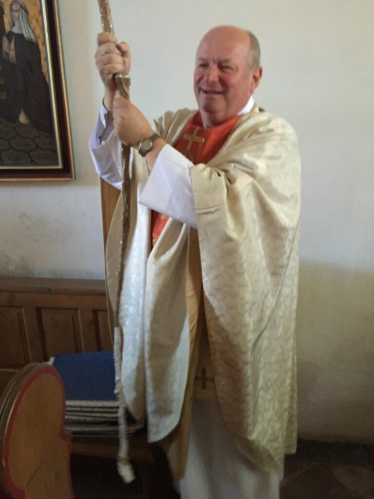 Pastor Koke lies es sich nicht nehmen die Glocke der Kapelle, die dem Hl. Johannes dem Täufer gewidment ist, in Schwung zu bringen