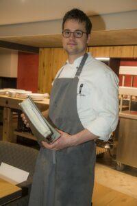 Stolz zeigt Felix Weber seine Rezeptesammlung. Voll mit Rezepten und Ideen aus seiner Zeit in den besten Restaurants der Republik.