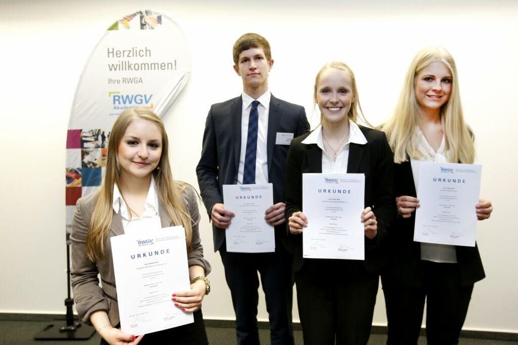 Gabriela Pahl, Florian Stettner, Carolin Stahl (alle Volksbank Olpe-Wenden-Drolshagen) und Luisa Iarossi von der Volksbank Bigge-Lenne zählen zu den besten Azubis der NRW-Genossenschaftsbanken.