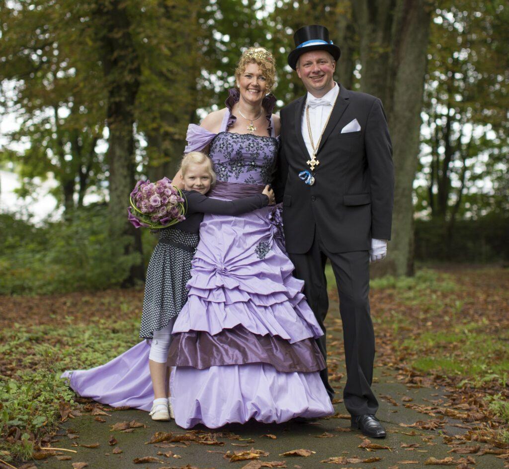 Das Briloner Königspaar Klaus und Kirsten Schröder freut sich mit Tochter Elisa auf das Schützenfest und die Schnade 2016. Foto: sabrinity.com