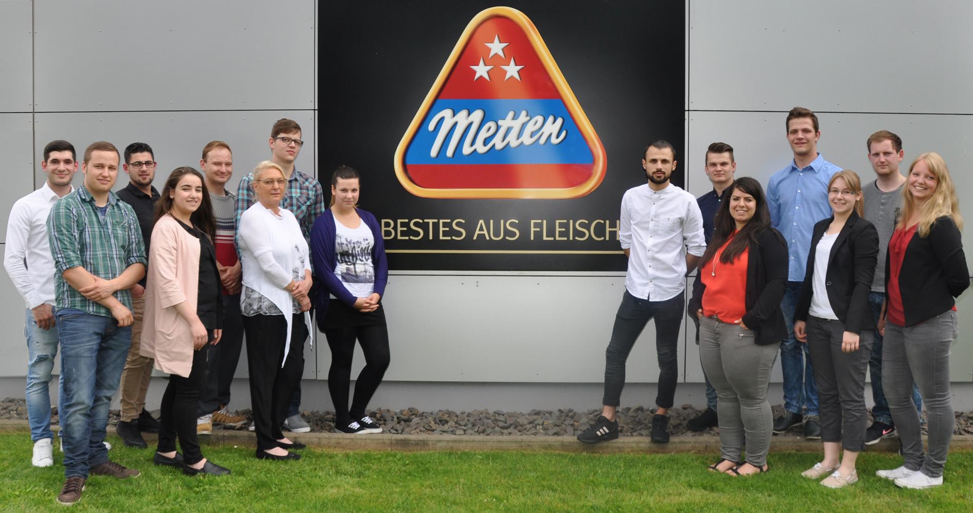 """""""Die Auszubildenden der Metten-Gruppe sind glücklich und stolz über den erfolgreichen Abschluss ihrer Lehre."""" Foto: METTEN"""