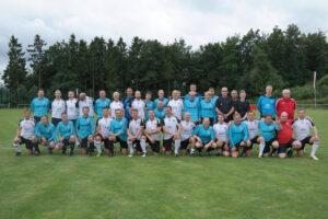 Benefiz-Spiel ehemaliger Fußball-Stars - Beide Teams in der Knappstein-Arena