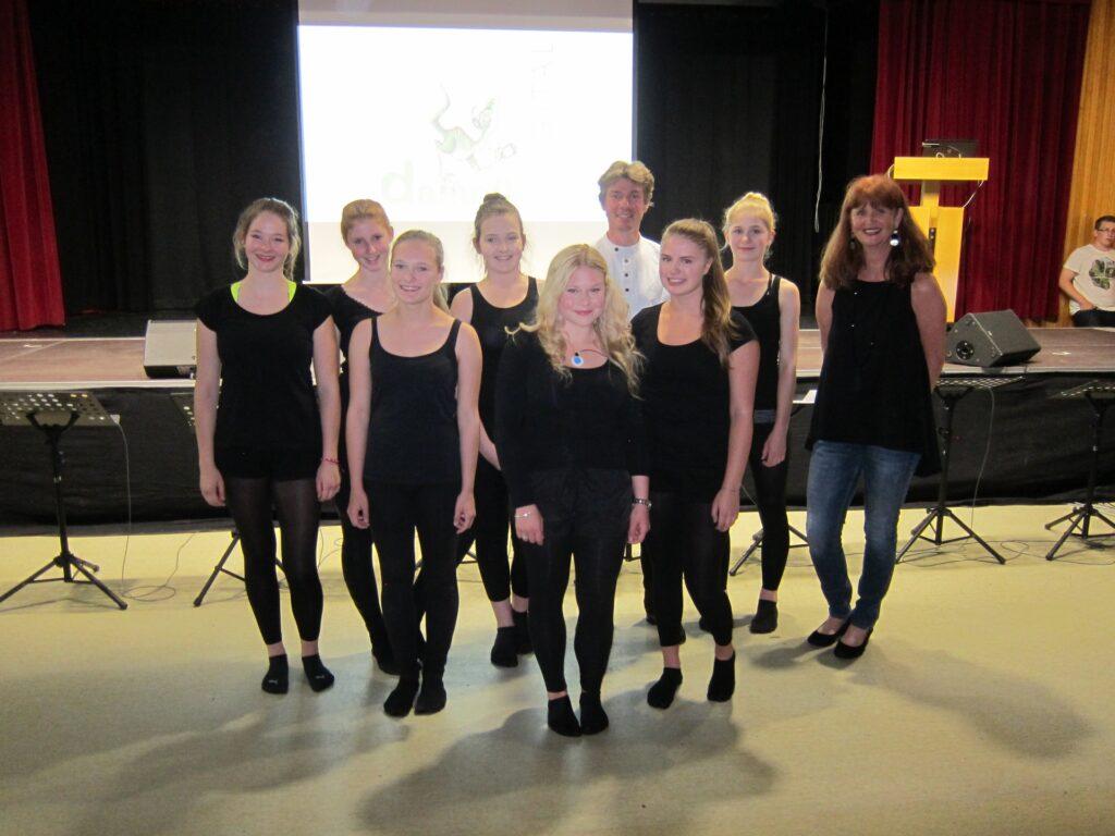 Tanzensemble Braindance: Im Hintergrund Prof. Dr. Thilo Hinterberger und die Choreografin Susanne Müller-Isajiw.