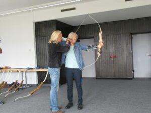 Heike Hoffmann zeigt einer Teilnehmerin die richtige Haltung beim Bogenschießen.