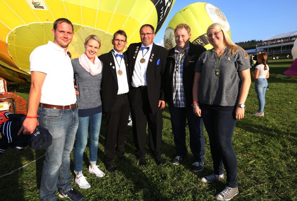 v.l.) Die Jecken Stefan Kruempel, Vanessa Konetzke, Franz-Josef Oesterhoff, Andreas Hartwig, Dominik Becker und Sabrina Dommach freuen sich auf Ihre Ballonfahrt.