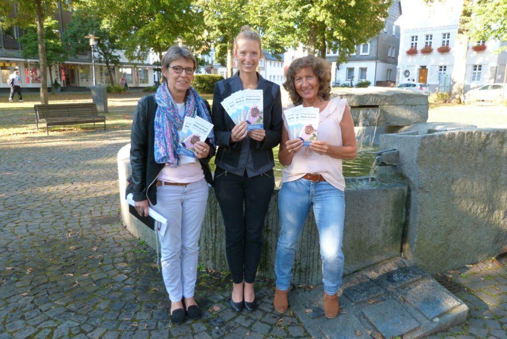 v.l.: Sabine Ringleb, Vorsitzende der Werbegemeinschaft Schmallenberg, SUZ-Geschäftsführerin An-nabel Butschan und Astrid Völlmecke, Vorsitzende g.u.t. Bad Fredeburg, laden zur gemeinsamen Veranstaltung ein.