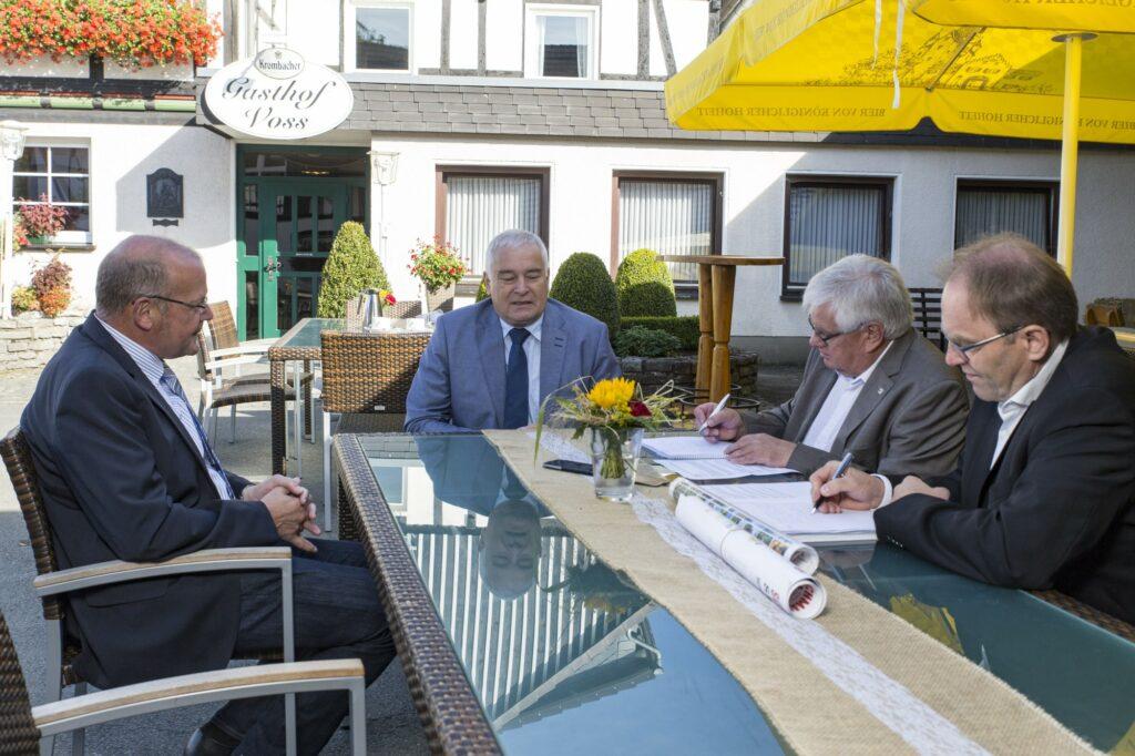 Interview mit den beiden Bürgermeister Stephan Kersting (Eslohe), links und Bernhard Halbe (Schmallenberg) in der Mitte.