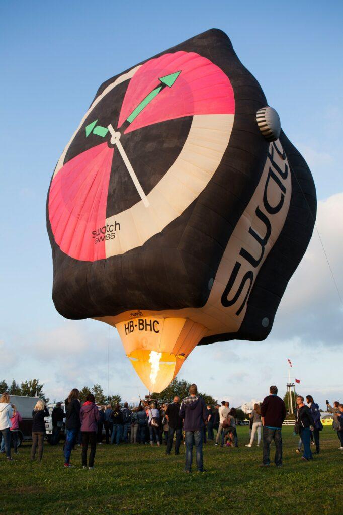 usnahmsweise durften die Besucher die Swatch-Sonderform von Pilot Roman Müller direkt aus nächster Nähe auf dem Startfeld bewundern.