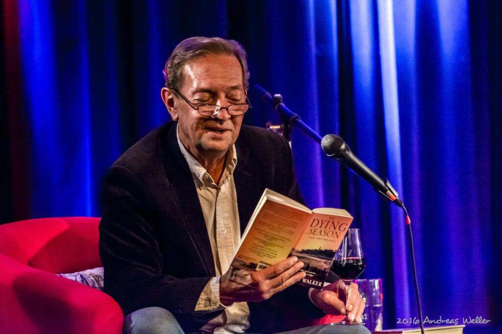 Bestsellerautor Martin Walker begeisterte die Zuhörer in Bigge. Foto: Andreas Weller