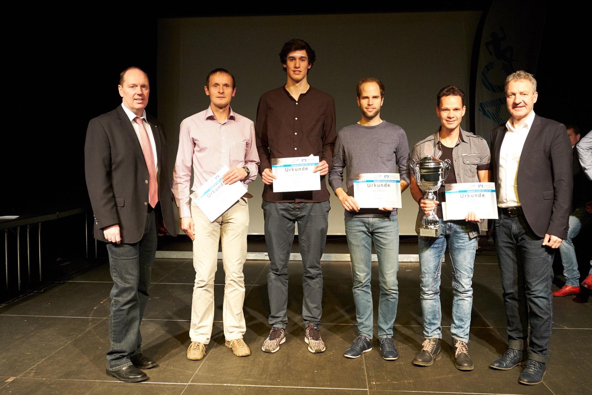 Ehrung der Gesamtsieger 2016 von links nach rechts: Thomas Vielhaber (Volksbank Sauerland) Thomas Bähr, Tobias Herrman, Lukas Appelhans, Andre Kraus