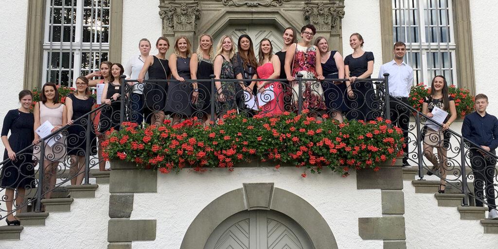 Feierlich: Die 19 Absolventen der Verbundkrankenpflegeschule. Foto: Verbundkrankenpflegeschule/ H. Lessig