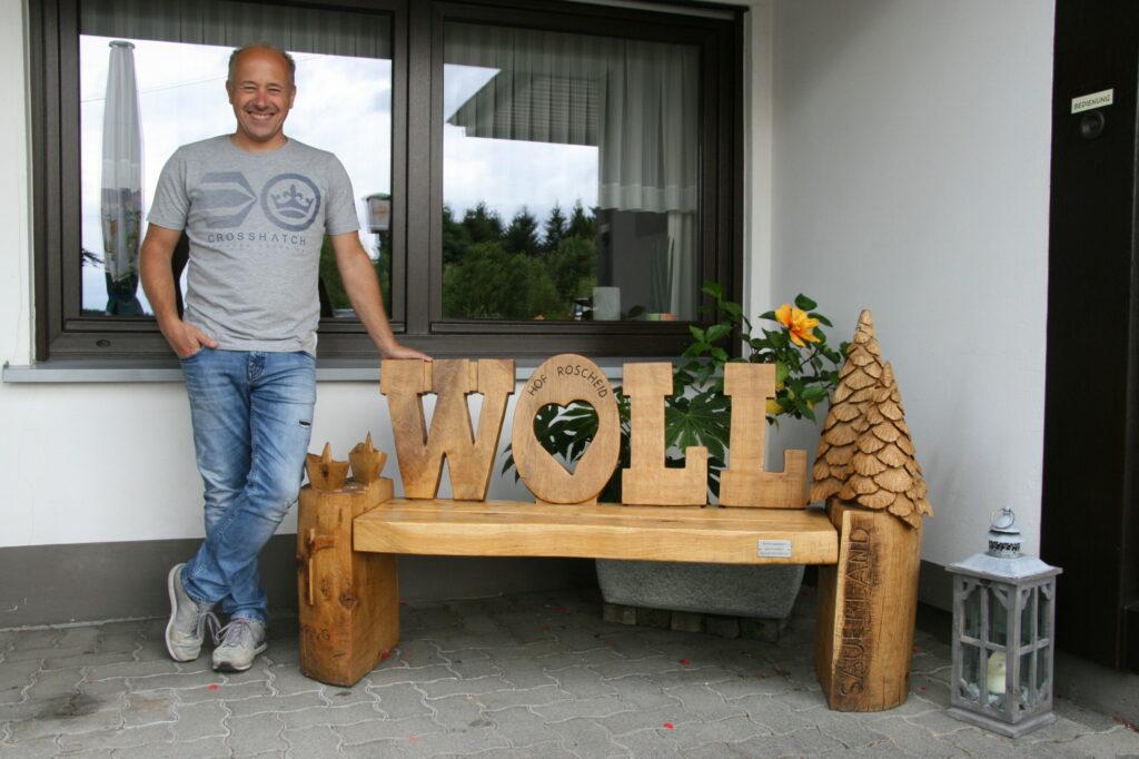 Kettensägenschnitzen: Ingo Luke und seine Woll-Bank.