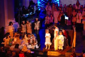 Meist etwa 50 Kinder unterschiedlicher Altersgruppen spielen die Weihnachtsgeschichte in einem Musical.