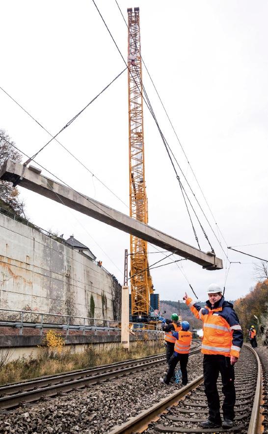 Die Pastoratsbrücke in Hofolpe wurde im November abgerissen. Im Vordergrund Wilfried Knoche bei der Einweisung. Foto: Ralf Litera
