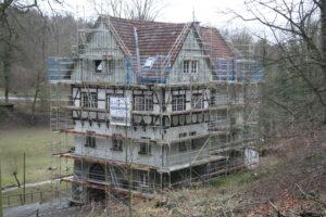 Die Alte Jugendherberge im Bilsteintal ist vollständig eingerüstet. Die Umbauarbeiten beginnen in den nächsten Tagen Foto: Sylvia Lettmann