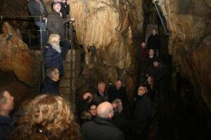 Höhlenbesichtigung im Zuge der Übergabe des Bescheides: Die NRW-Stiftung hatte bereits 2013 für die Erneuerung der Höhlenbeleuchtung und des barrierefreien Höhlenzuganges über 40.000 Euro zur Verfügung gestellt Foto: Sylvia Lettmann
