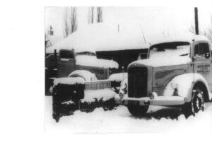 Im Wintereinsatz: LKW der Firma Roth aus Berge vor gut 50 Jahren. Foto: Privat
