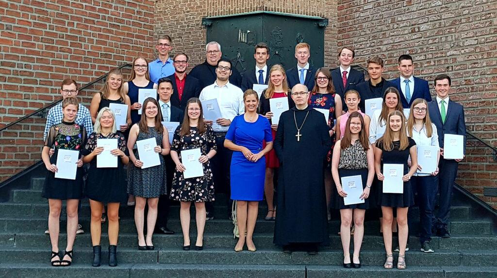Oberstufenakademie 2018: Gruppenfoto auf der Klostertreppe nach der Verleihung. Foto: Britta Melgert