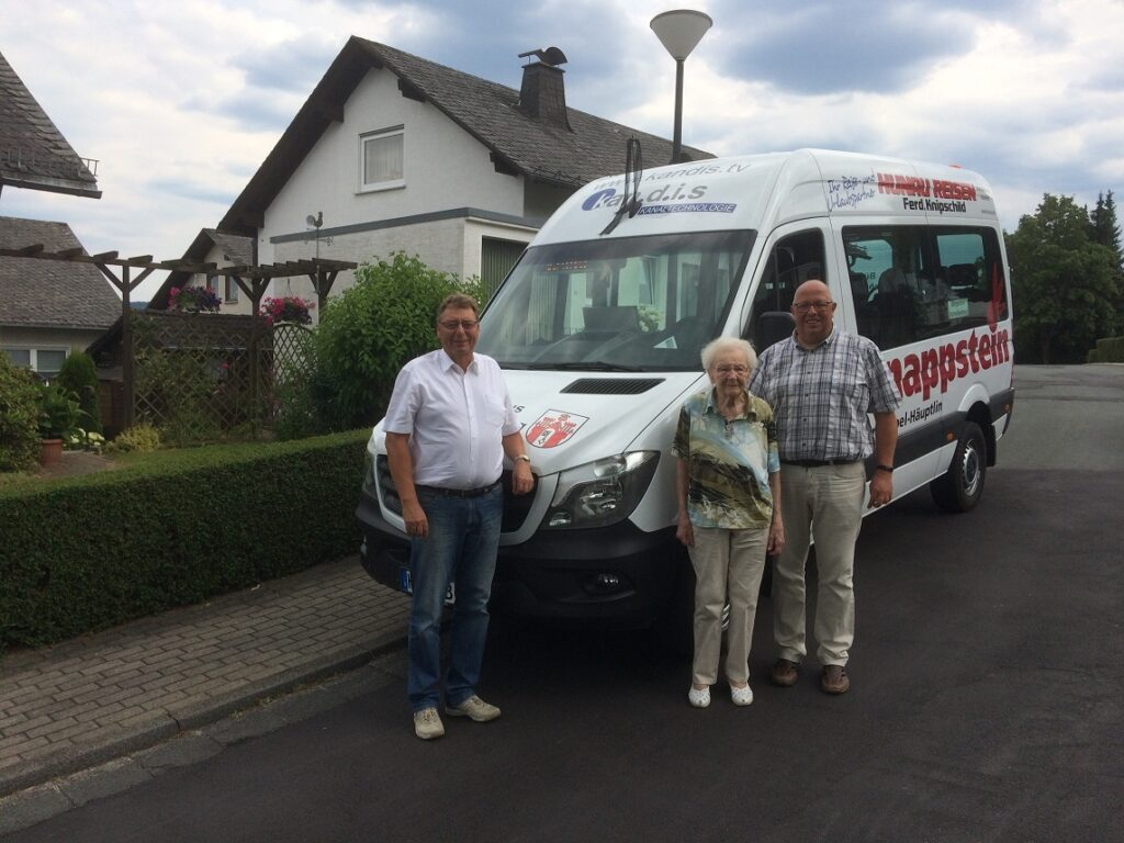 Gratulation und Übergabe der Freifahrkarte durch Franz-Josef Franke und Berthold Vogt an Frau Margarete Starfinger (Bildmitte)