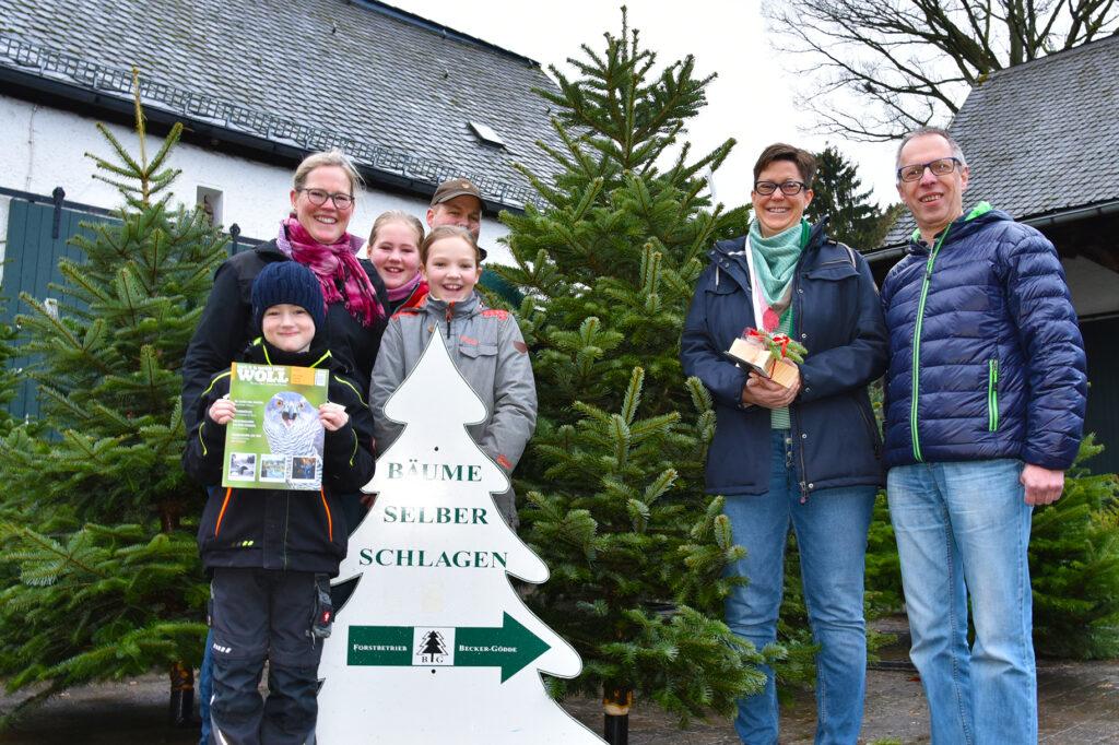 Gewinner der WOLL Tanne für Bestwig: Familie Streich aus Velmede (rechts) mit den Stiftern der Tanne, Familie Becker-Gödde aus Heringhausen. Foto: Jürgen Eckert