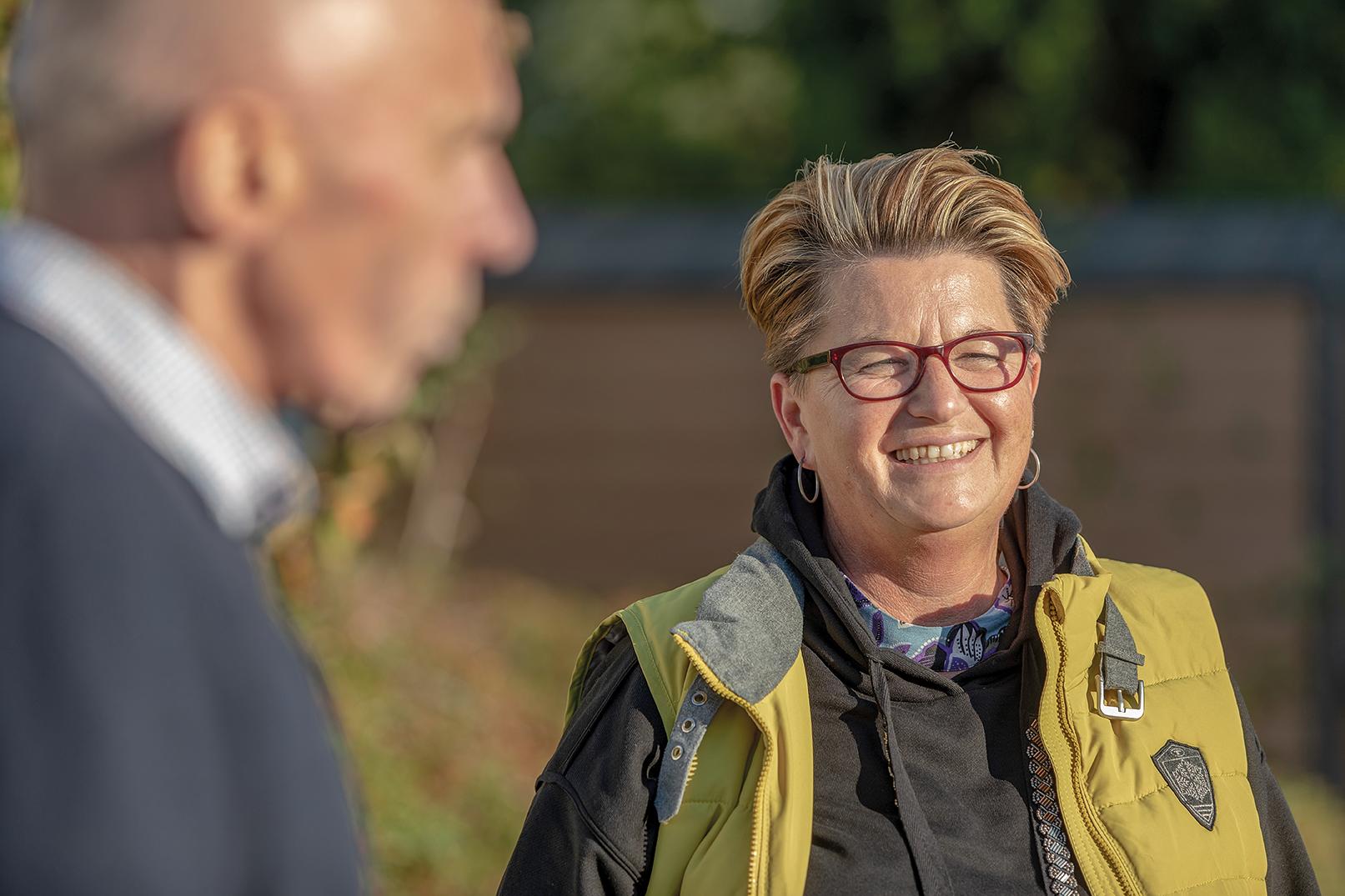 WOLL Chefredakteur Paul Senske (li) und Ulrike Mikitta, Ortsvorsteherin von Andreasberg, Dörnberg und Wasserfall im Gespräch