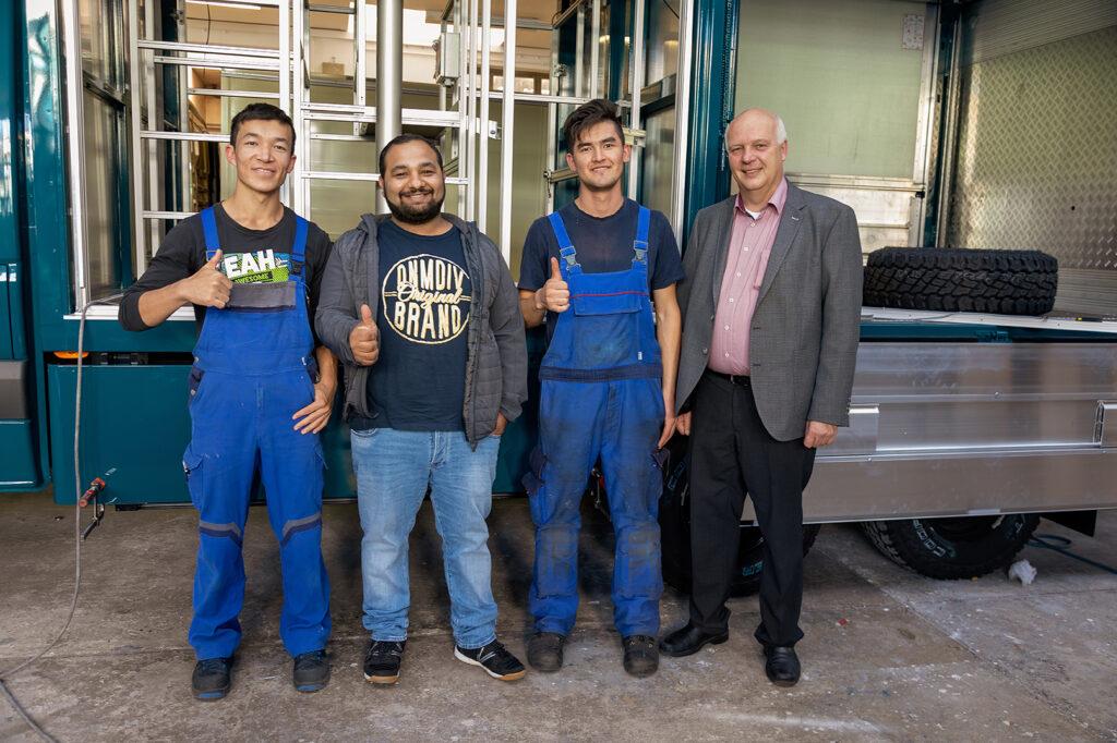 In Zukunft begehrte Fachkräfte (vlnr): Mohammad Amini, Klajd Quazimi sowie Mirza Amini, hier mit Firmenchef Meinolf Ewers