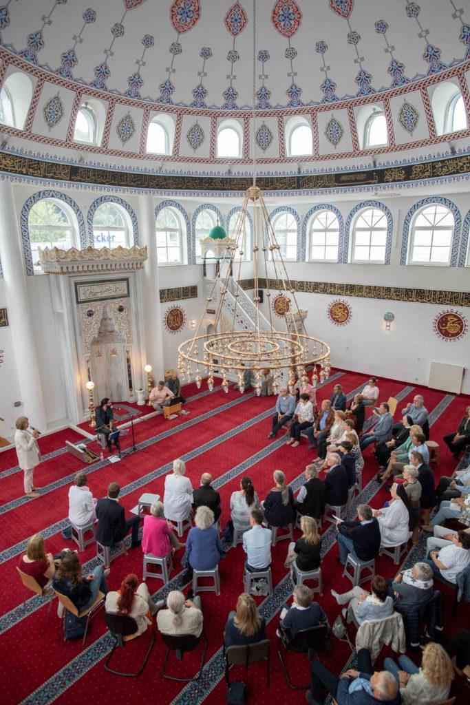 """Über 70 Gäste kamen zum Abschluss des """"Spirituellen Sommers 2019"""" in die Mescheder Moschee."""