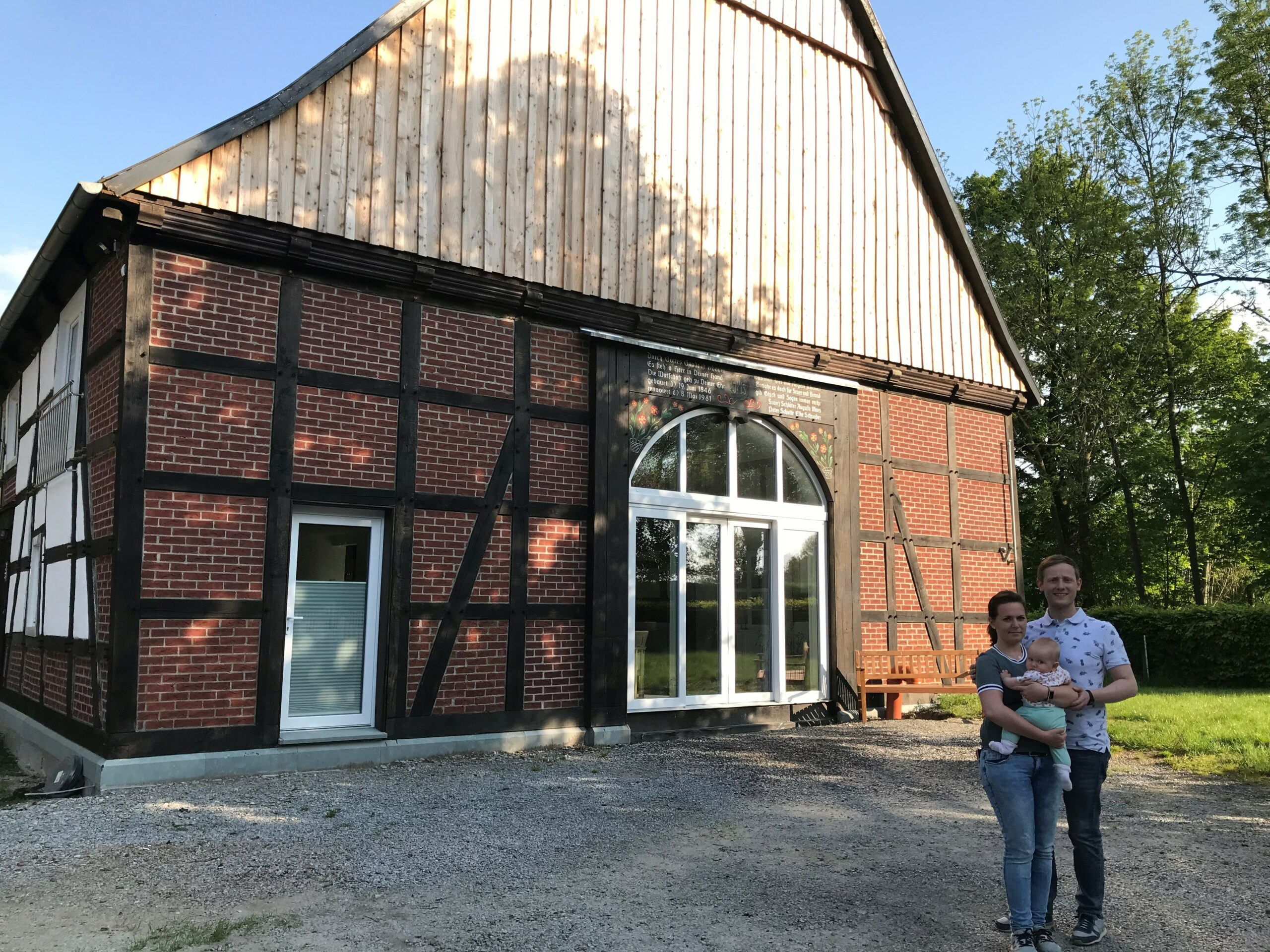 Peter, Jessica und Annabelle Schulte stolz vor ihrem ortsbildprägenden Fachwerkhaus in Westendorf. Eine 35-prozentige Landesförderung hilft bei der Erneuerung des Daches. Foto: privat