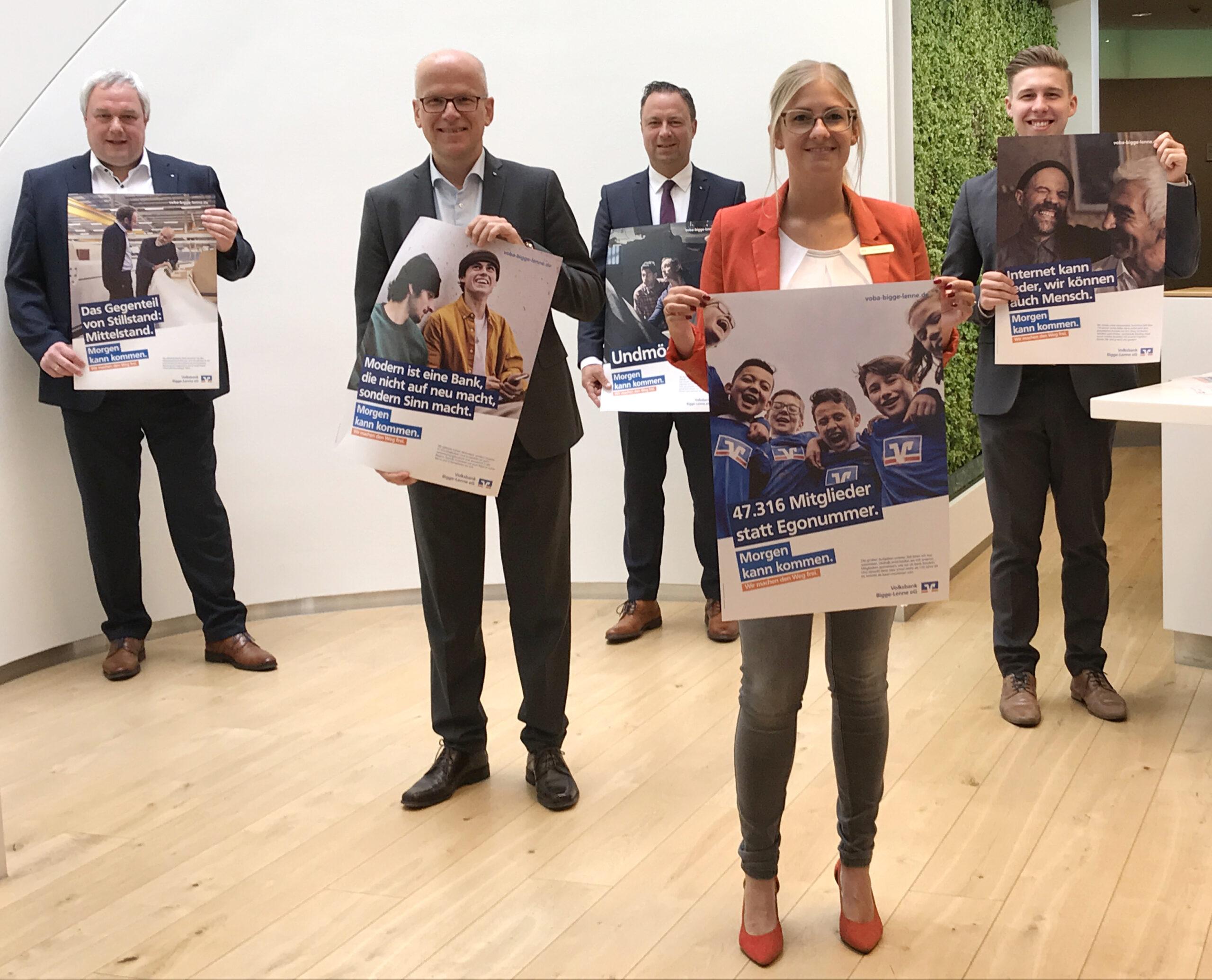 """(v.l.) Markus Schauerte, Bernd Rickert, Frank Segref, Julia Neuhaus und Maik Patrzek stellen die neue Zuversichts-Kampagne vor: """"Morgen kann kommen. Wir machen den Weg frei."""" Foto: Volksbank Bigge-Lenne"""