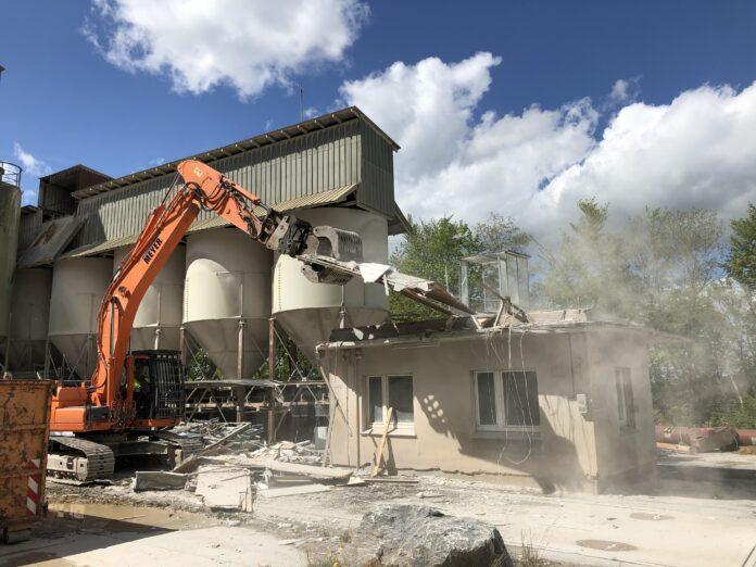 Abriss des alten LKW-Waage-Gebäudes im WESTKALK-Steinbruch Kallenhardt,