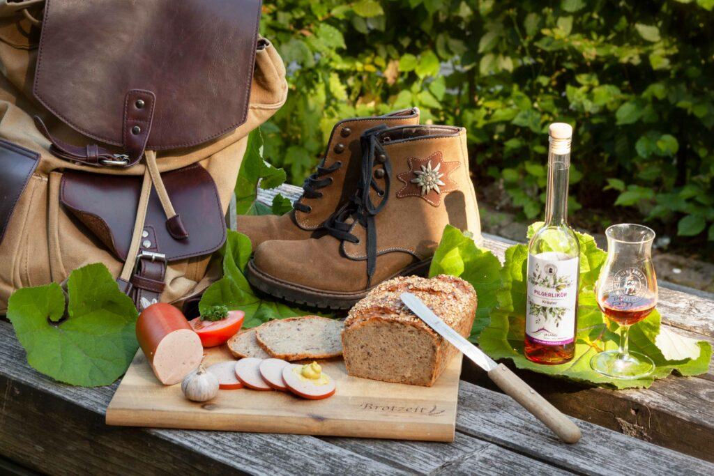 Fleischwurst, Brot und Likör für Pilger in Kallenhardt