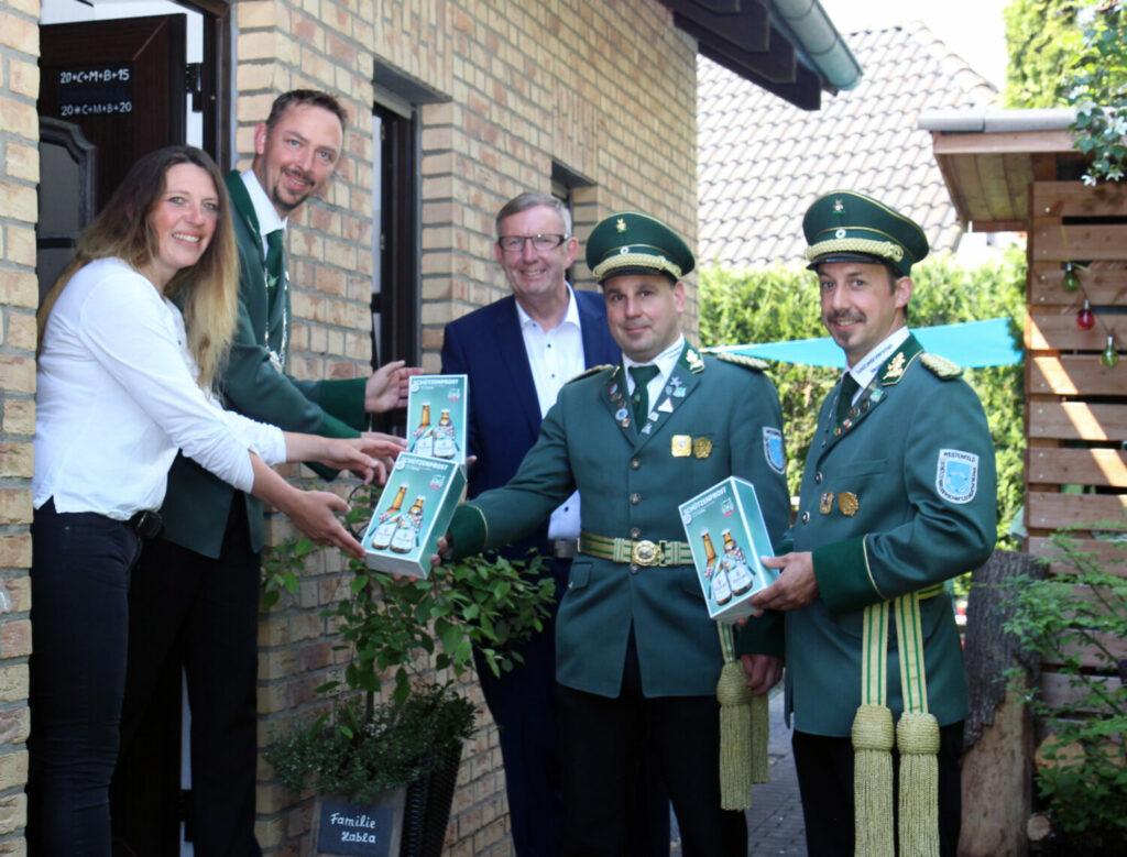 In Westenfeld brachte der Vorstand im Beisein von Veltins Verkaufsleiter Manf-red Nieder (Mitte) einen Schützenprost zum amtierenden Königspaar Christian und Tanja Habla.